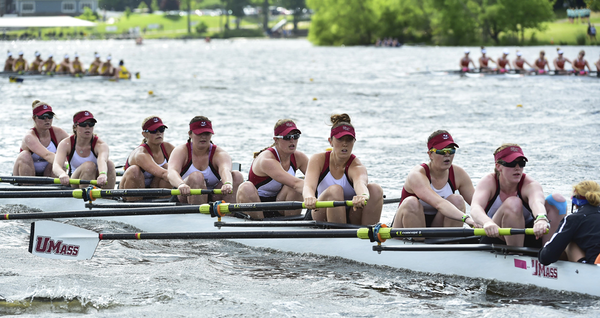 womens rowing team race against other teams in river